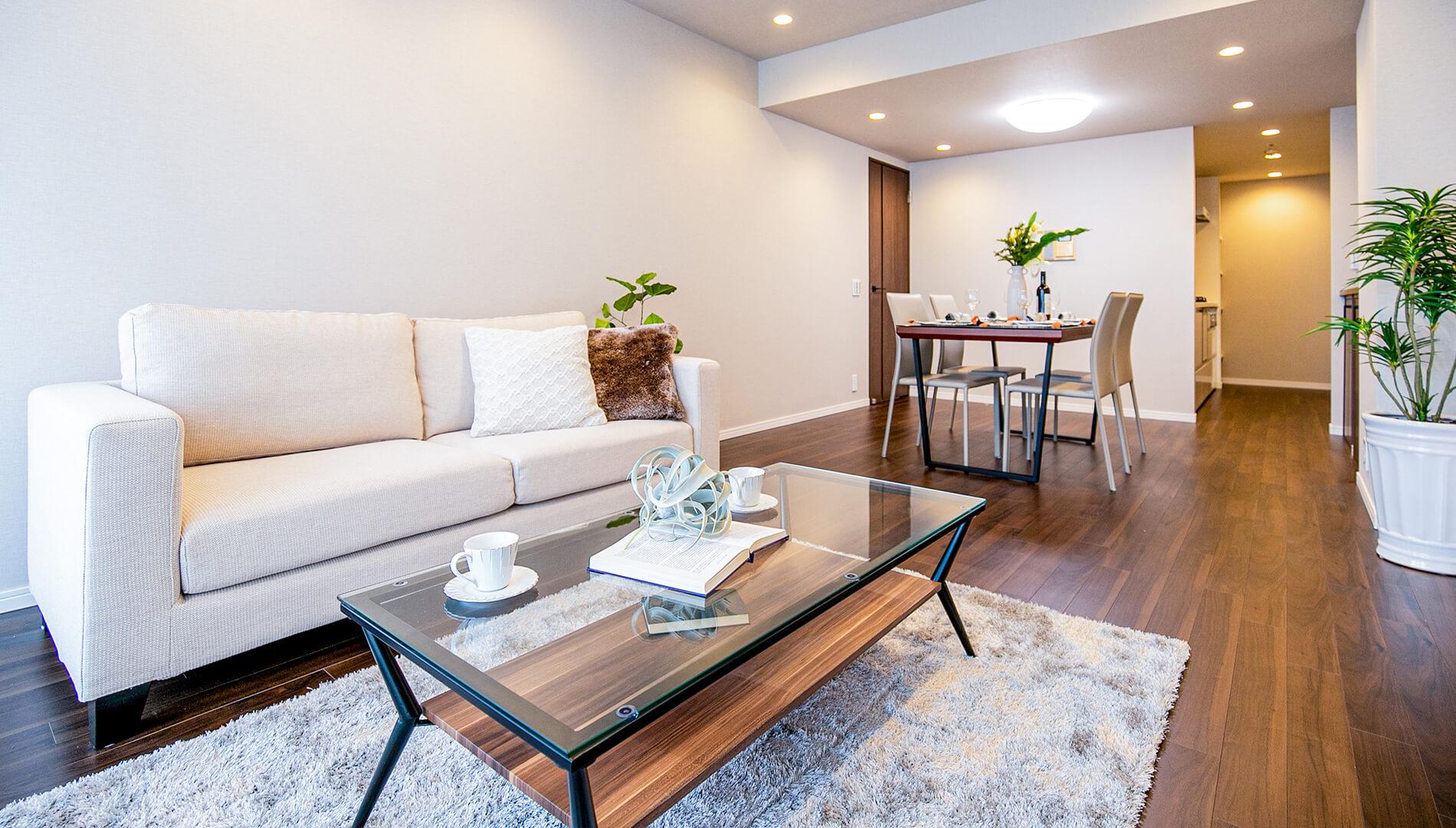 武蔵小山 ホワイトとブラウンで統一された家具付き物件