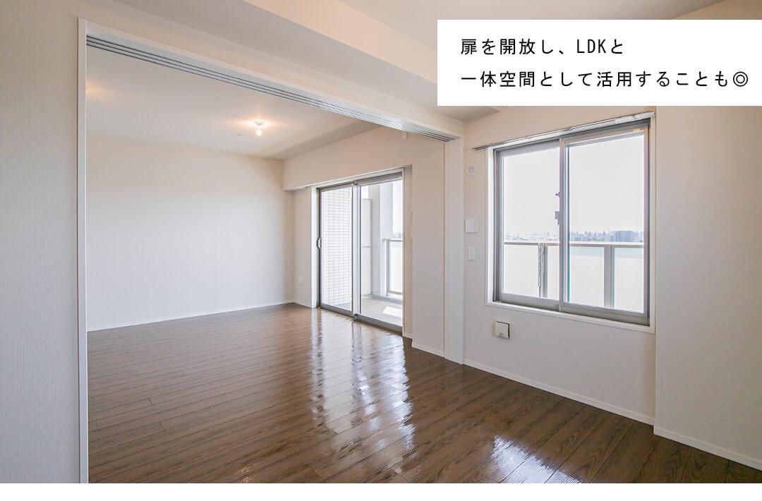 グローベルザ・スクエア東高円寺の洋室とリビングダイニング
