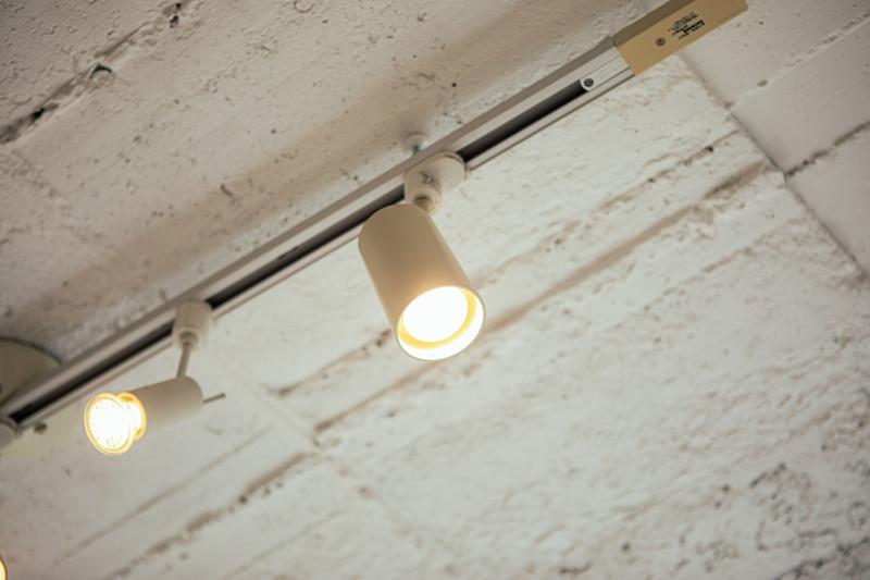 ダクトレールで照明をおしゃれに!取り付け方法やインテリア事例を解説